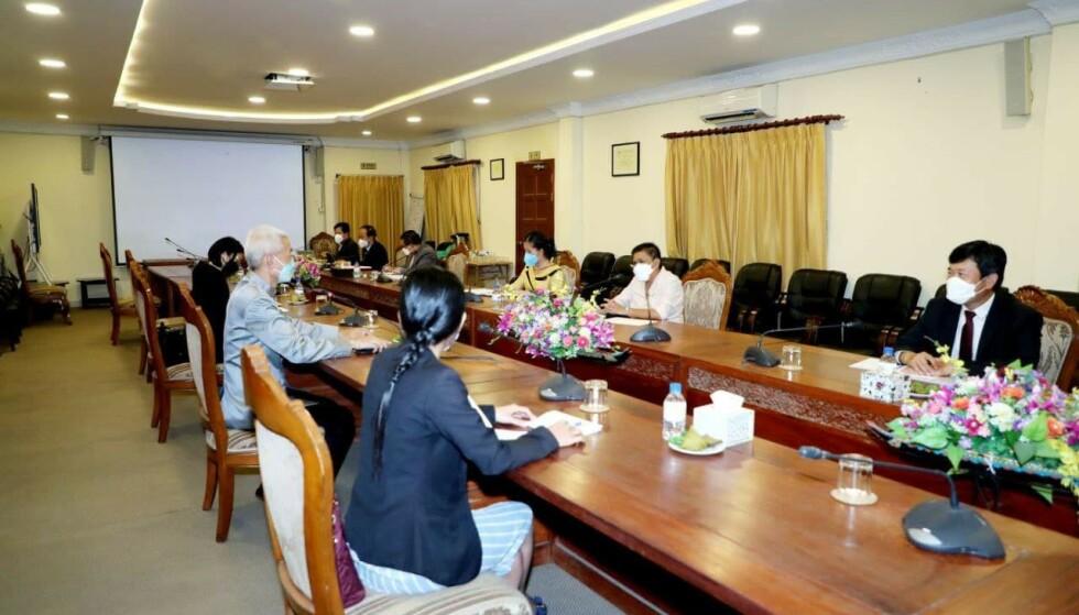 MØTE: Den kambodjanske kulturministeren, Phoeurng Sackona, møtte Thailands ambassadør i Kambodsja, Panyarak Poolthup, i starten av august. På møtet diskutere de tempelkomplekset i Thailand som hevdes å være en kopi av Angkor Wat. Foto: Khmer Culture Ministry/ Facebook.