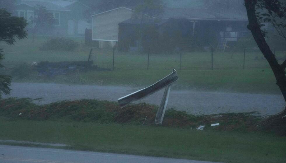 SLÅR INN: Kraftig vind og regn har rammet kysten i Louisiana søndag kveld norsk tid, idet orkanen Ida slår innover delstaten. Foto: NTB / Mark Felix / AFP