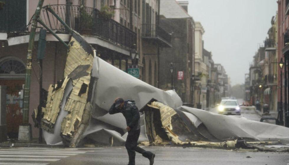 ØDELEGGELSER: Bilder fra stedet viser at tak har flerret av i New Orleans franske kvarter. Foto: NTB / AP Photo / Eric Gay