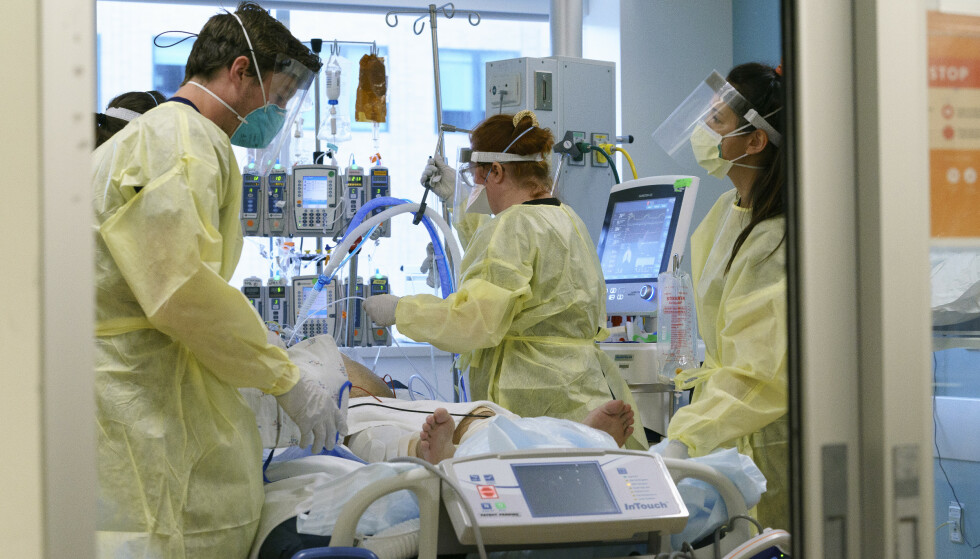 FORTVILER: Helsepersonell i USA roper varsku om coronasituasjonen, der stadig flere legges inn på sykehus og mister livet etter å ha blitt smittet av covid-19. I Oregon har de ikke lenger plass til alle døde i likhusene. Foto: Kristyna Wentz-Graff / AP / NTB