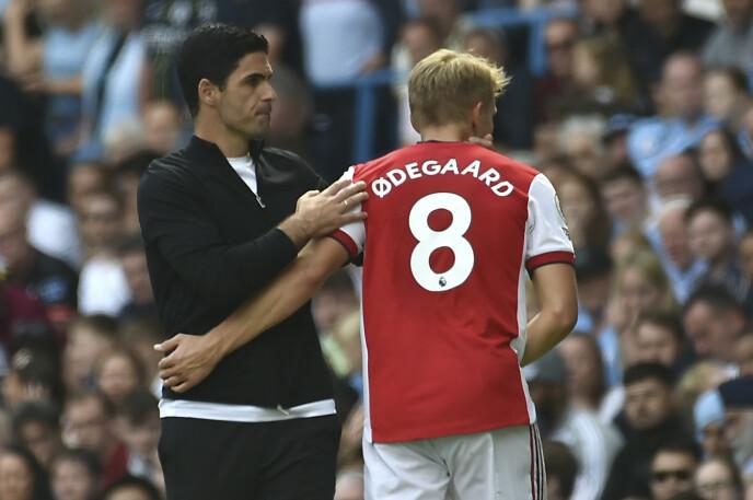 HARDT PRESSET: Arsenal-manager Mikel Arteta har stor sans for Martin Ødegaard. Men fortsetter klubben å tape, blir ikke Arteta lenge i jobben. Foto: NTB