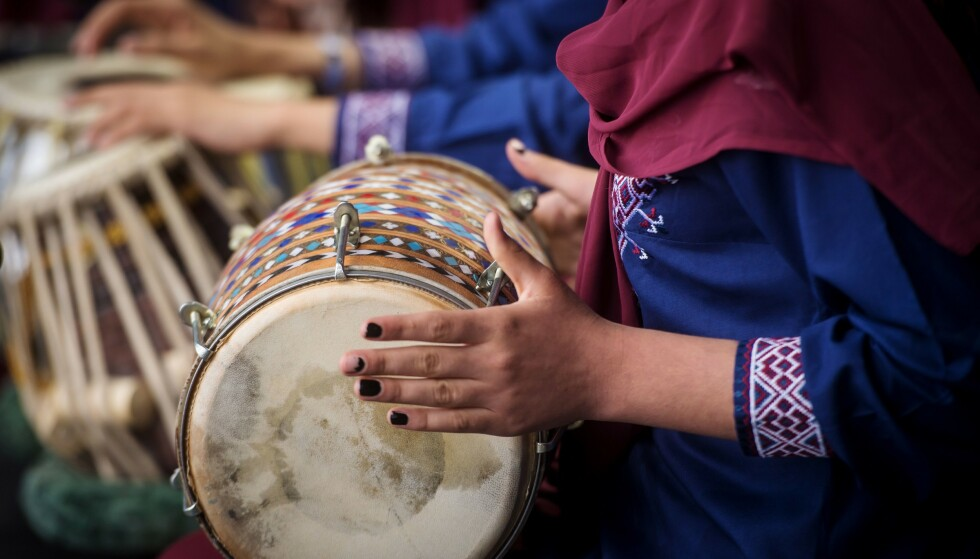 AFGHANSK MUSIKK: Under en festival i Slovakia i 2019 deltok medlemmer fra det afghanske kvinne-bandet Zohra. Nå er musikk igjen kriminalisert i Afghanistan. Foto: Vladimir Simicek / AFP / NTB