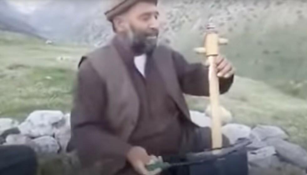 FOLKEMUSIKER: Taliban-har uttalt at musikk er igjen er ulovlig i Afghanistan. Nå kommer det flere meldinger om at den lokale folkemusikeren Fawad Andarabi i helga ble hentet ut av sitt hjem og drept på åpen gate. Foto: Caravan / کاروان/ YouTube