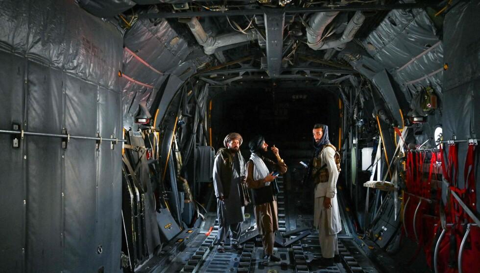 KONTROLL: Taliban-krigere inne i et fly på flyplassen i Kabul, der de nå har full kontroll. Foto: AFP / NTB