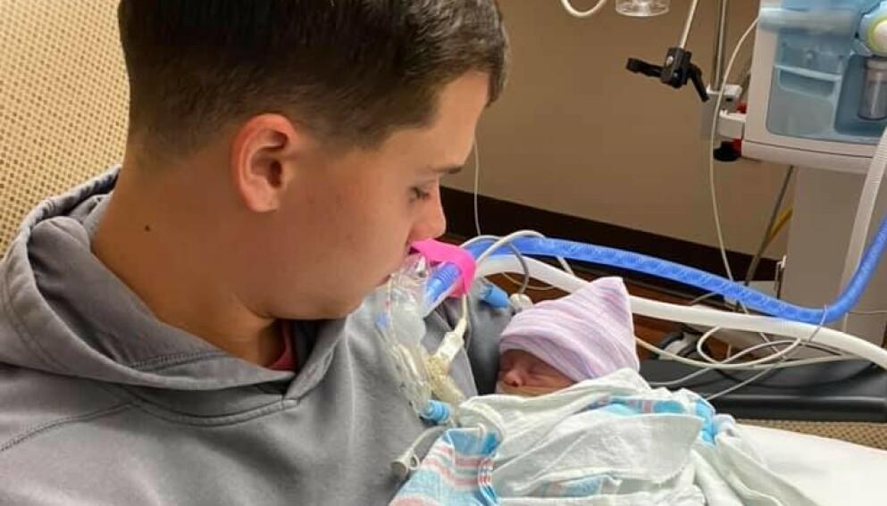 OVERLEVDE: Etter to måneder på sykehuset kunne pappa Brandon Russell ta med lille Mac hjem, men uten mamma. Foto: Brandon Russell/Facebook