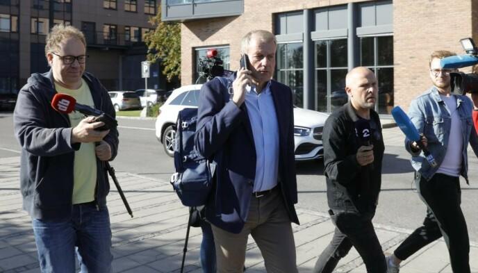 I TELEFONEN: Skipresident Erik Røste var ordknapp da han møtte mediene etter sponsormøtet mandag. Foto: Nina Hansen / Dagbladet