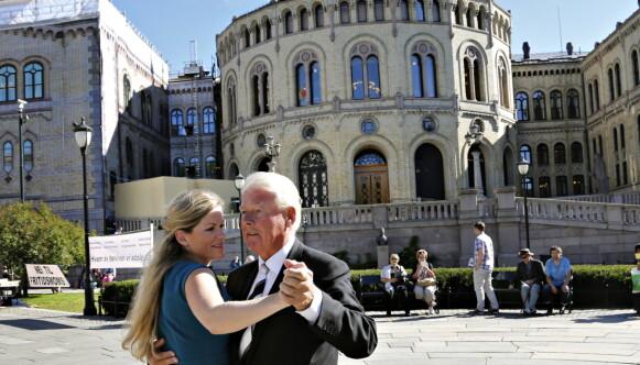 Even dansen: Toen Carl I.Hagen in 2013 in Valgboden werd uitgenodigd, was er een politieke dans met Martine Aurdal van Dagbladet.  Foto: Jack Hvistendahl