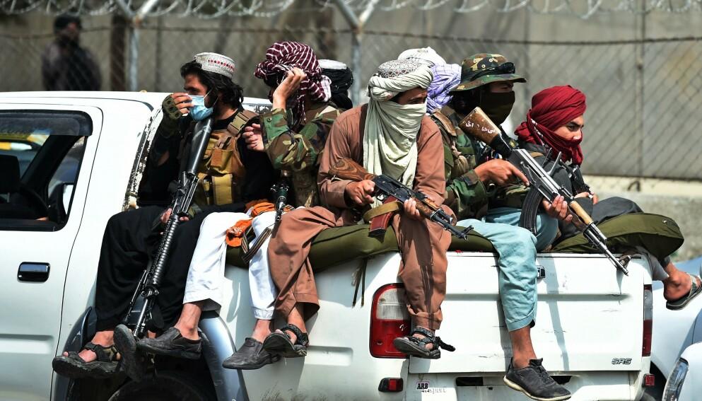 NYE SJEFER: Like etter at amerikanerne fløy fra Kabuls hovedflyplass rundt midnatt, kom en rekke Taliban-krigere og ledere dit, for å markere at det nå er de som har full kontroll i landet. Foto: AFP/NTB