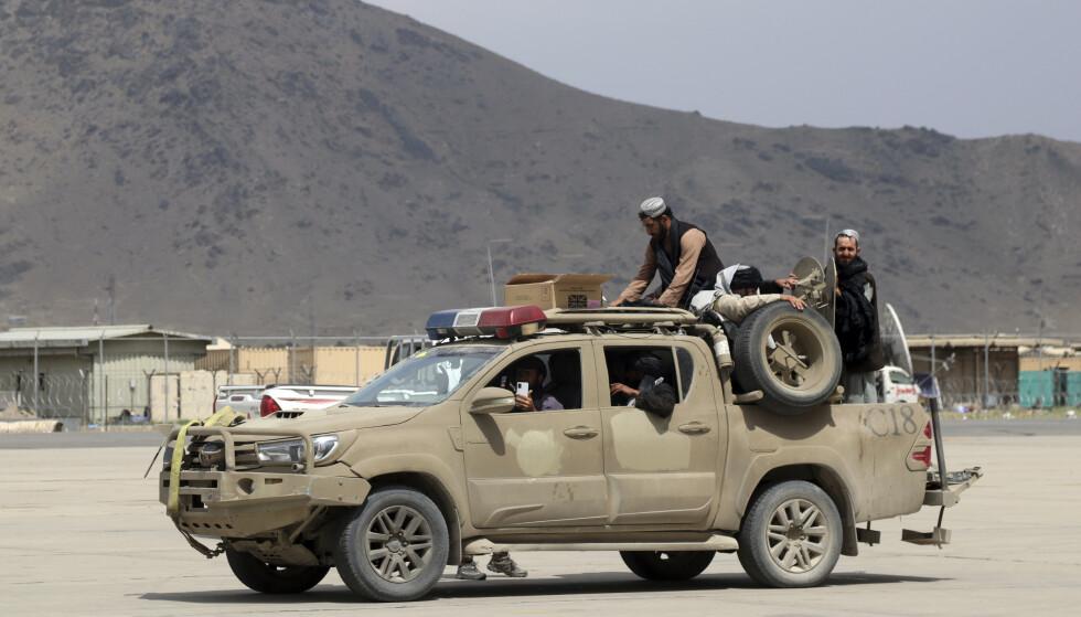31. AUGUST- DAGEN: Taliban-tropper patruljerer den internasjonale Hamid Karzai-flyplassen i Kabul timer før alle utlendinger skulle være ute av flyplassen. Da var både utenlandske styrker og flyktninger borte. Foto: Khwaja Tawfiq Sediqi / AP / NTB