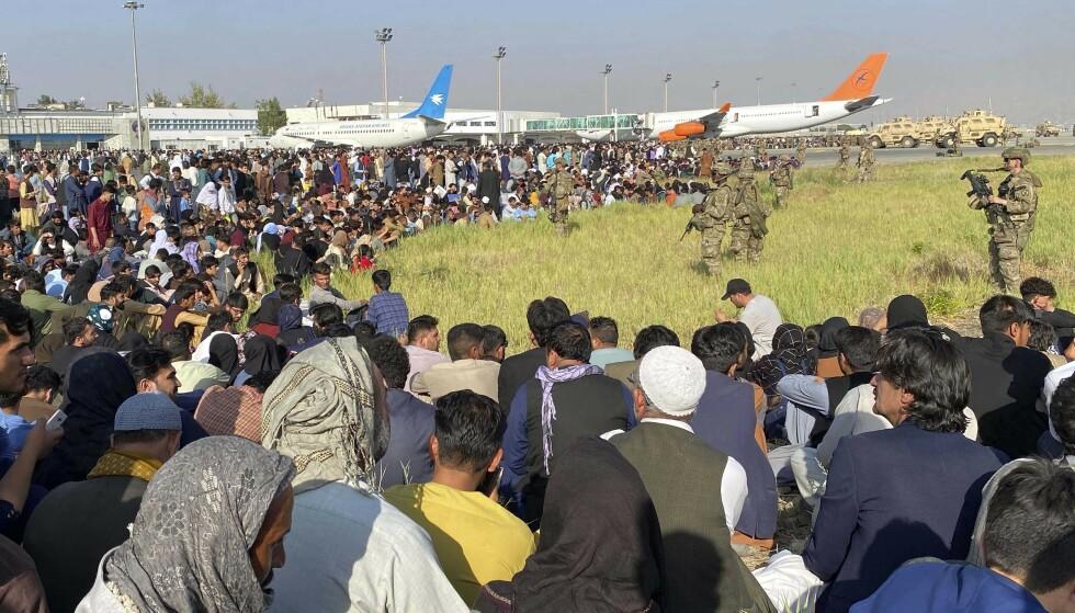16. AUGUST: Afghanere som vil ut av landet, omringer den internasjoinale flyplassen i Kabul. Foto: Shekib Rahmani, AP / NTB.
