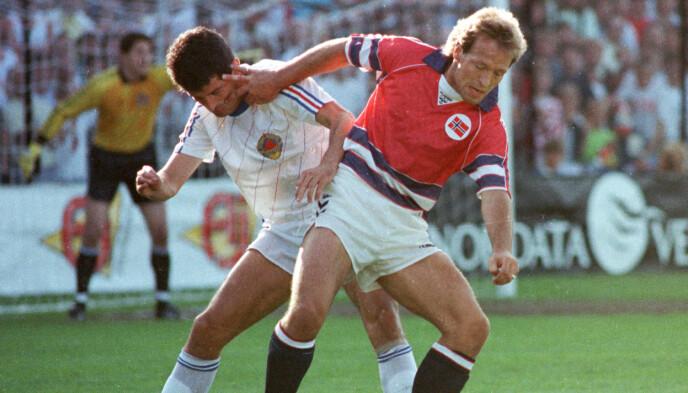 LEGENDE: Gøran Sørloth i duell i kampen mot Jugoslavia. Foto: Morten Hvaal / NTB