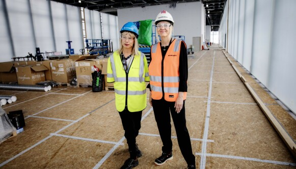 OMVISNING: Direktør Karin Hindsbo guider pressen i det nye Nasjonalmuseet i 2019, her sammen med samlingsdirektør Stina Högkvist. Foto: Nina Hansen