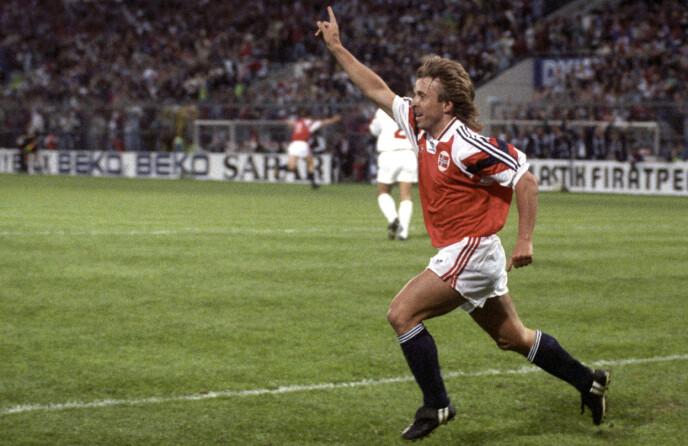ETTERLYSER MER: Jahn Ivar «Mini» Jakobsen mener Ødegaard må vise seg fram. Her i VM kvalifisering mot Tyrkia i 1993.. Norge vant 3-1 og Jakobsen scoret det tredje målet. Foto: Tor Richardsen / NTB