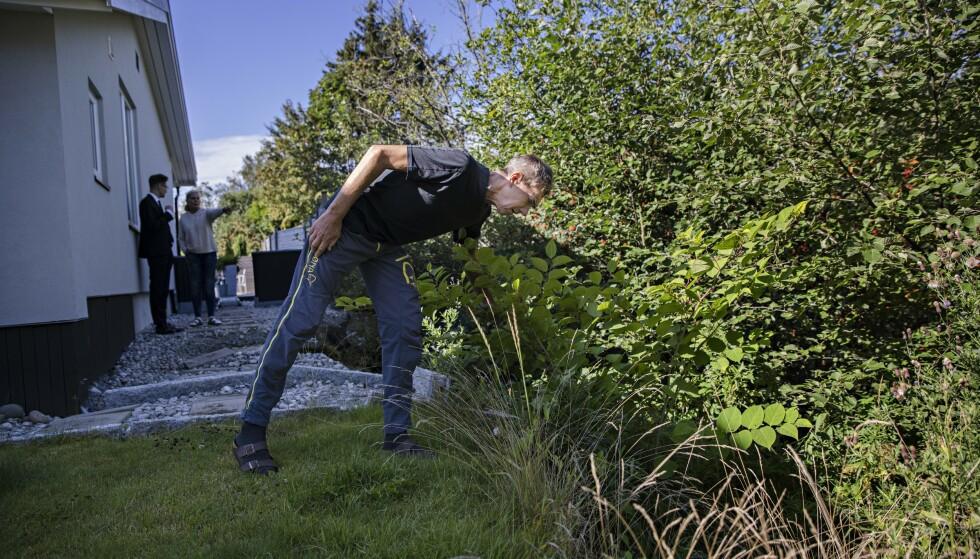PLENEN SANK: Den ytre delen av gressplenen har sunket kraftig inn mot skredet bak huset, kontaterer Petter Kirkeby. Foto: Kristian Ridder-Nielsen/Dagbladet