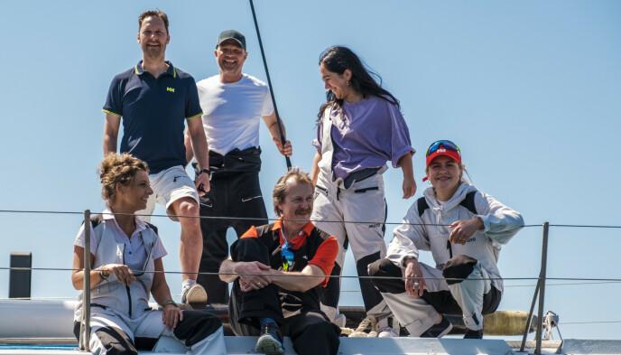 MANNSKAP: Trond Fausa Aurvåg har seilt over Atlanterhavet sammen med skuespiller Jon Øigarden (49), musiker Amanda Delara (23), kokk Lise Finckenhagen (44), musiker Lars-Lillo Stenberg (58), og skuespiller Emilie Skolmen (28). Foto: TVNorge/discovery+