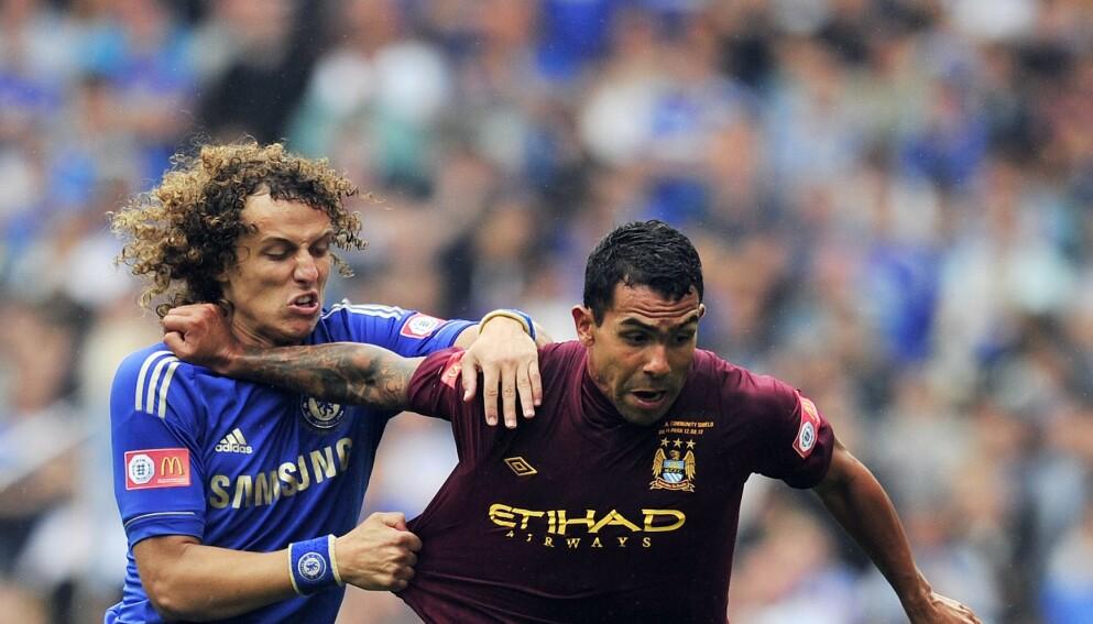 STJERNER: David Luiz og Carlos Tevez er to av stjernene som står uten kontrakt nå. Foto: NTB
