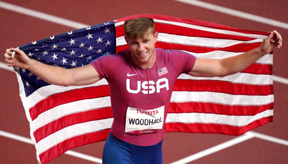 BRONSE: Hunter Woodhall feirer bronsemedaljen på Olympiastadion i Tokyo. Foto: NTB