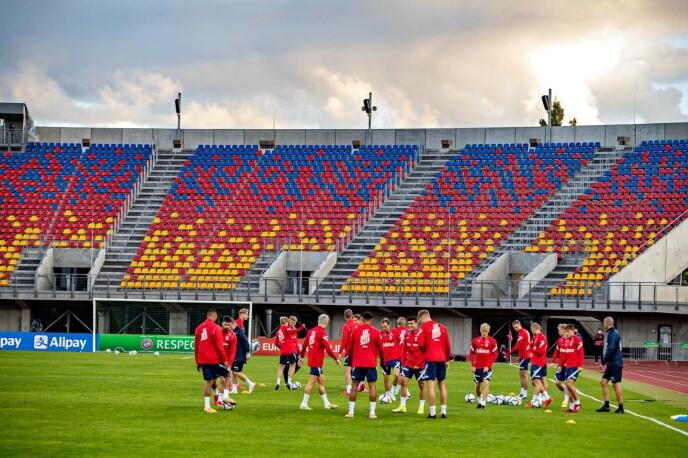 KAMPARENA: Landslaget trente på Daugava Stadium i går kveld. Arenaen har kapasitet til 10.000 tilskuere. Foto: Bjørn Langsem / Dagbladet