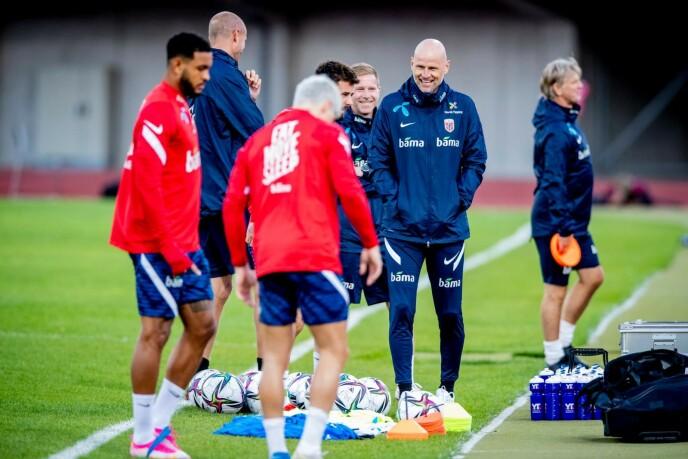 SMIL FØR ALVORET: Ståle Solbakken godprater med spillerne under treninga i Riga. Foto: Bjørn Langsem / Dagbadet