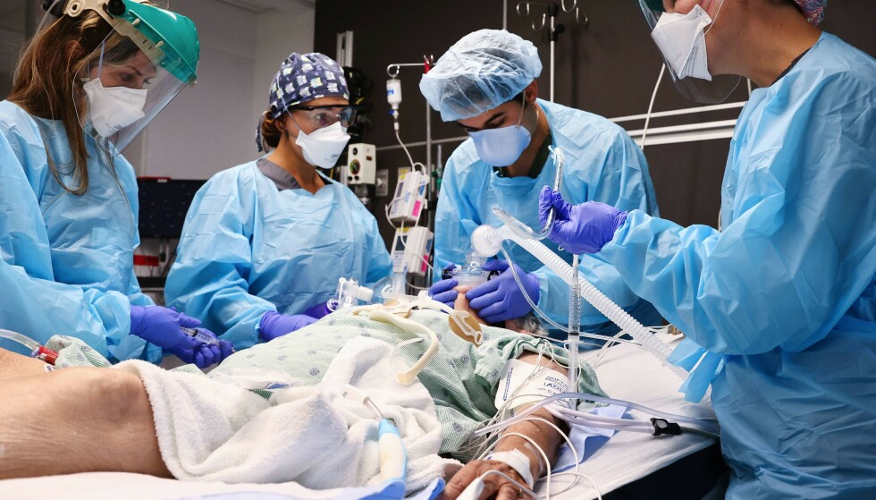 KRISE: Leger ved Lake Charles Memorial Hospital behandler en coronapasient. Foto: NTB