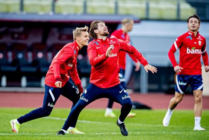 GOD STEMNING: Martin Ødegaard og Stefan Strandberg kostet på seg et smil på gårsdagens trening. Foto: Bjørn Langsem / Dagbladet