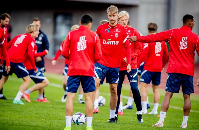 BLE VRAKET: Kristoffer Ajer (i midten) fikk ikke spille mot Nederland onsdag. Slipper han til med et annet kampbilde i kveld? Foto: Bjørn Langsem / Dagbladet