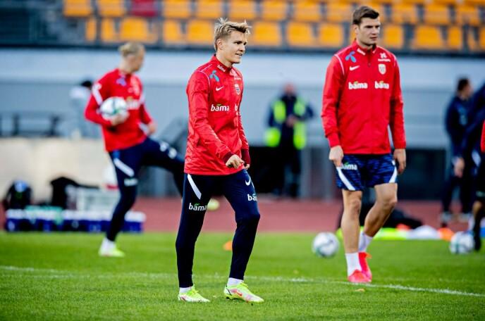 TELLER NED: Martin Ødegaard og Norge møter Latvia klokka 18.00. Her fra gårsdagens trening. Foto: Bjørn Langsem / Dagbladet