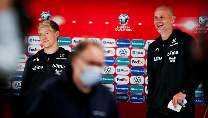 SER LYST UT: Birger Meling og Ståle Solbakken møtte mediene i Riga i går kveld. Foto: Bjørn Langsem / Dagbladet