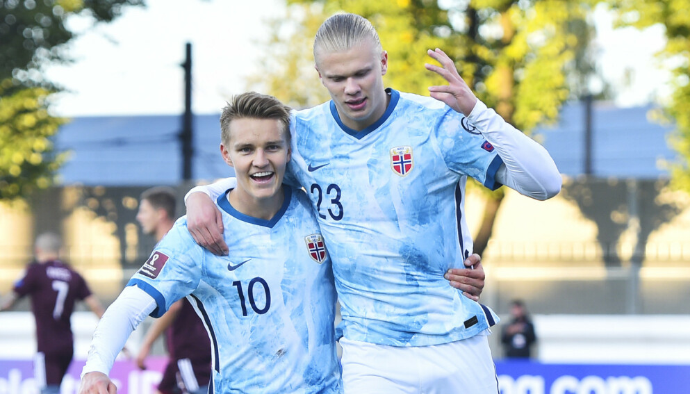 JUBEL: Martin Ødegaard og Erling Braut Haaland feirer 1-0-scoringen. Foto: Fredrik Varfjell / NTB