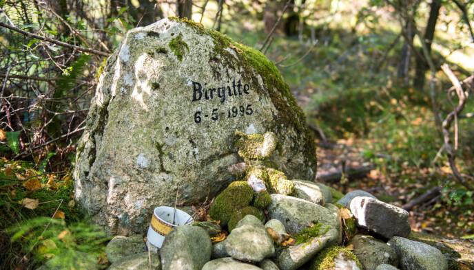 MINNESTEIN: På stedet der Birgitte ble funnet om morgenen 6. mai 1995, er det reist en minnestein. Foto: Carina Johansen / Dagbladet