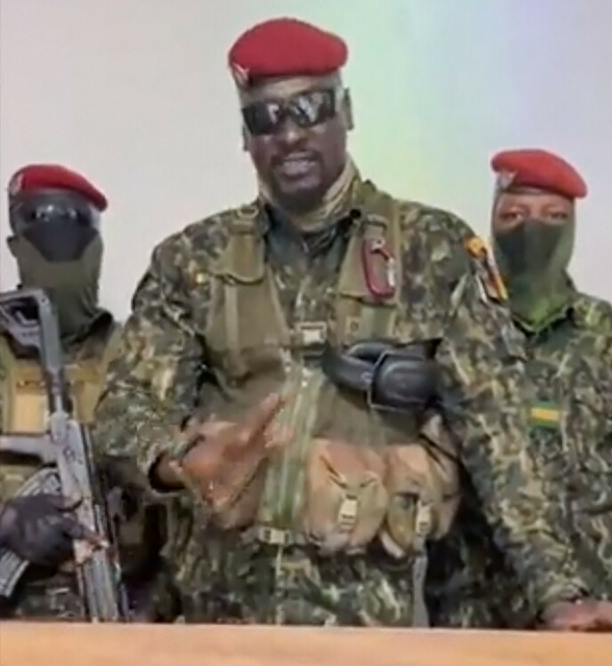 LEDER: Flere rapporter peker på at kuppforsøket blir ledet av oberst Mamady Doumbouya. Bildet skal være en skjermdump fra en video sendt ut søndag. Foto: MILITARY SOURCE / AFP / NTB