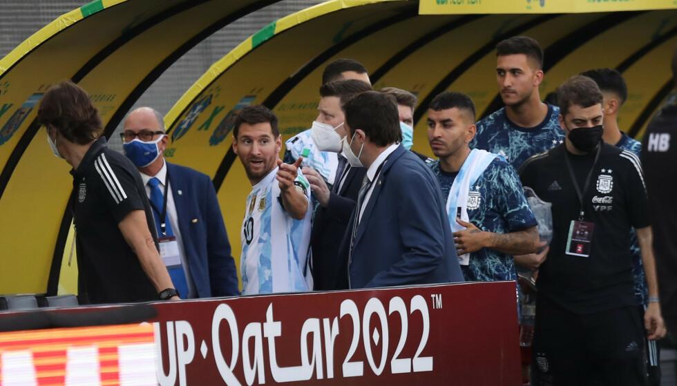 KAOS: Lionel Messi havnet midt i kaoset i Brasil. Foto: Amanda Perobelli/Reuters/NTB