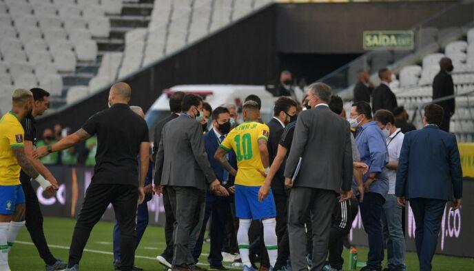 POLITI PÅ BANEN: Brasiliansk politi skal ha tatt seg inn på banen. Foto: Nelson Almeida/AFP/NTB