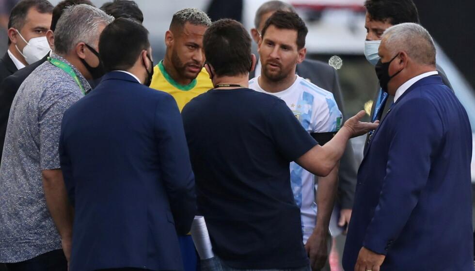 DISKUTERTE: PSG-stjernene Lionel Messi og Neymar diskuterte med de utsendte. Foto: Amanda Perobelli/Reuters/NTB