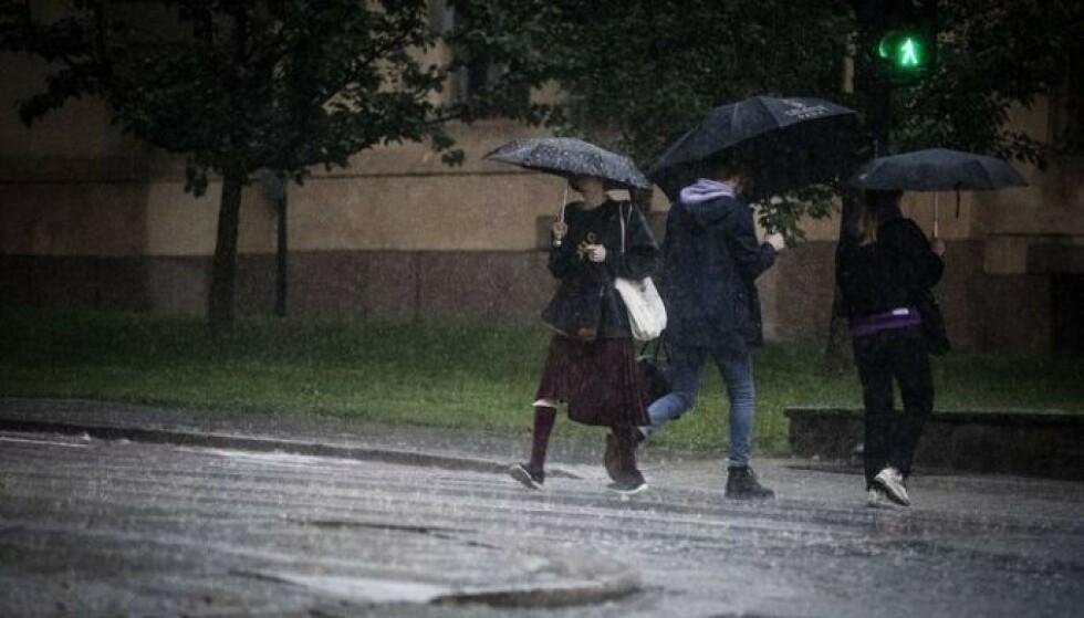 VARSLER REGN: Hvis man befinner seg i Møre og Romsdal og nordover i landet, må man finne fram støvler og sydvest, for her skal regnet falle. Foto: Bjørn Langsem / Dagbladet