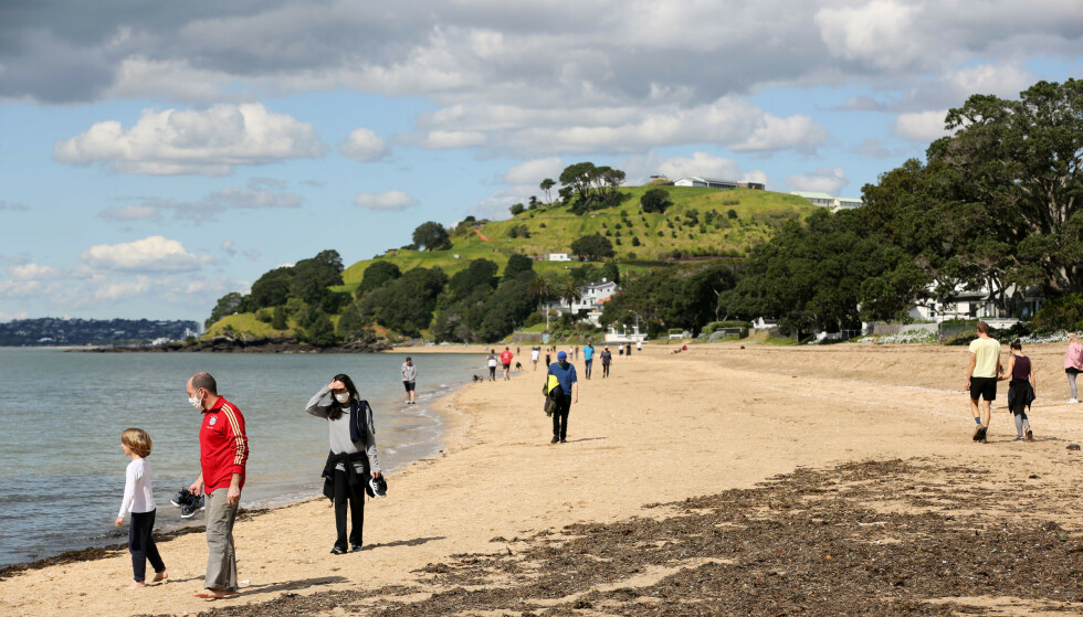 VARMT: New Zealand opplevde sin varmeste vinter noensinne. Her ser man en strand i nærheten av Auckland. Foto: Sylvie Whinray/New Zealand Herald via AP/NTB
