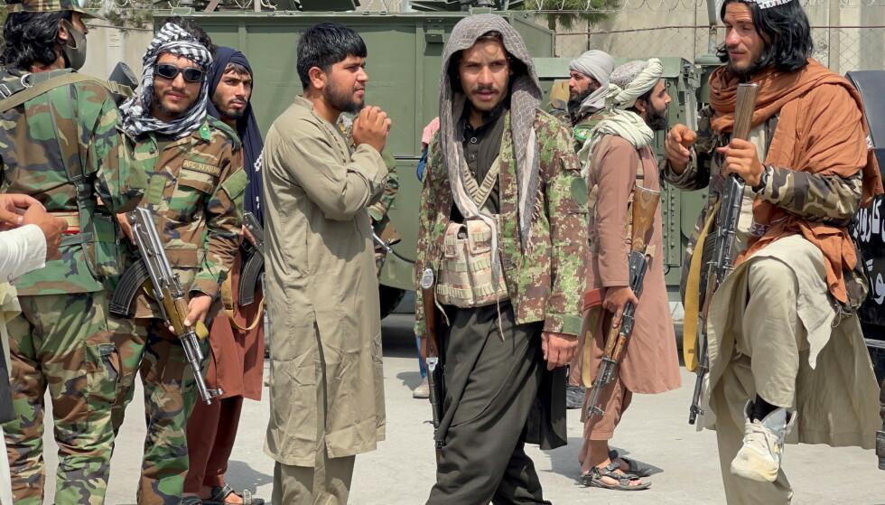 AFGHANISTANS HERSKERE: Taliban-soldater patruljerer områdene rundt Kabuls flyplass. Den islamistiske bevegelsen har mye å takke Saudi-Arabia for. Foto: Reuters/NTB Scanpix