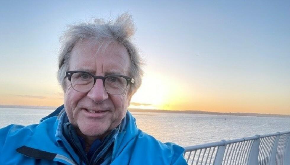 FRISK: Etter å ha vært helt slått ut av «long covid» i sju måneder, har den britiske professoren Paul Garner igjen tatt opp den aktive livsstilen sin. Han sykler, går tur, trener styrke og yoga. 66-åringen jobber også mer enn full tid. Foto: Privat.