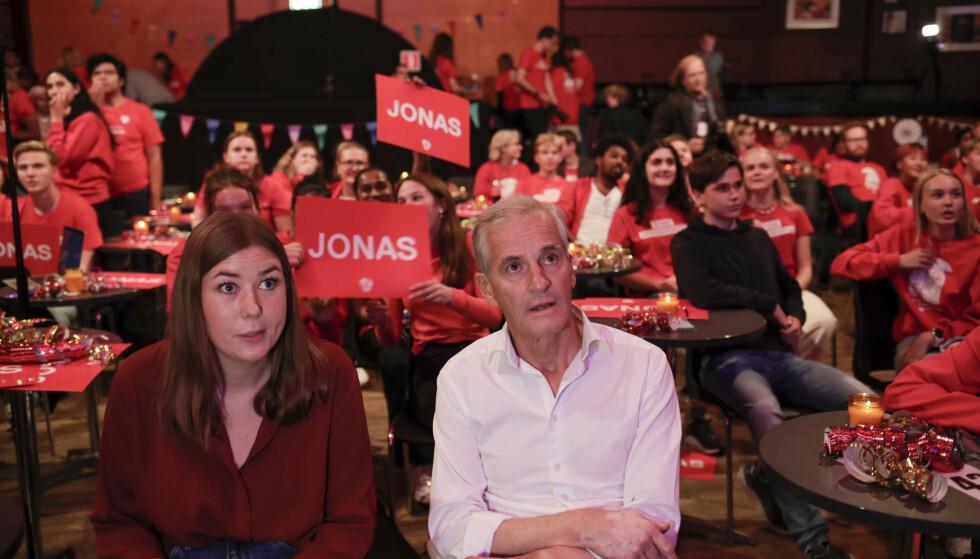 STØRSTE PARTI: Ap-leder Jonas Gahr Stre og AUF-leder Astrid Hoem på partiets skolevalgvake tirsdag kveld. Foto: Javad M. Parsa / NTB