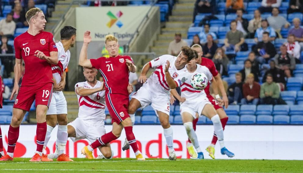 TABBE: Andreas Hanche-Olsen (nummer 21) var direkte delaktig i at Norge slapp inn mål mot Gibraltar. Foto: Håkon Mosvold Larsen / NTB