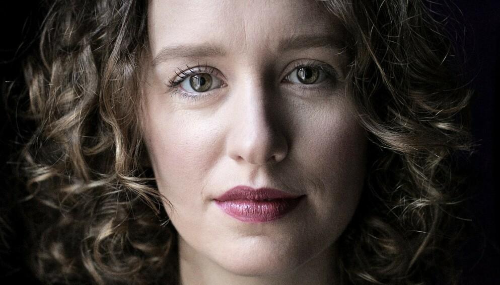 DYSTER: Olga Ravn holder kortene tett til brystet når hun skriver fram et dystopisk framtidssamfunn. Det pirrer både nysgjerrigheten og fantasien. Foto: Lærke Posselt