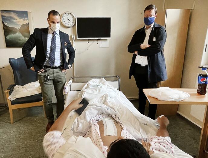 FÅR HJELP: Advokatene Farid Bouras (t.v.) og John Christian Elden bistår nå 19-åringen som ble skutt på Trosterud i Oslo. Foto: Hans Arne Vedlog / Dagbladet
