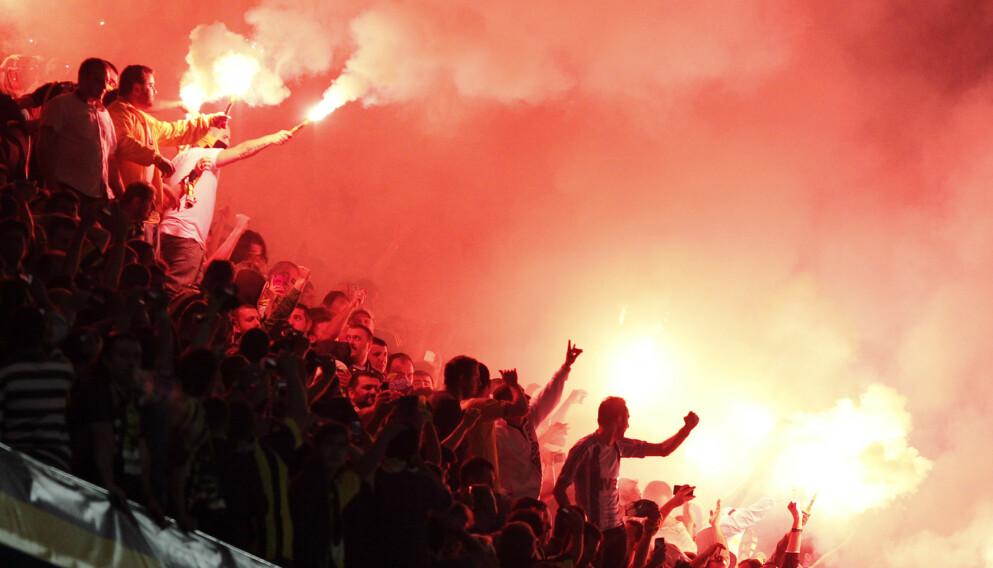 INFERNO: Tyrkia er kjent for sitt lidenskapelige publikum. Slik kan det se ut på Sükrü Saracoğlu Stadion, der Norge møter Tyrkia 8. oktober. Foto: NTB
