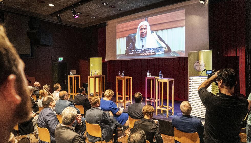 LYTTER: Her sitter Erna Solberg og lytter til Muslim World League-leder al-Issa sin tale. Foto: Hans Arne Vedlog