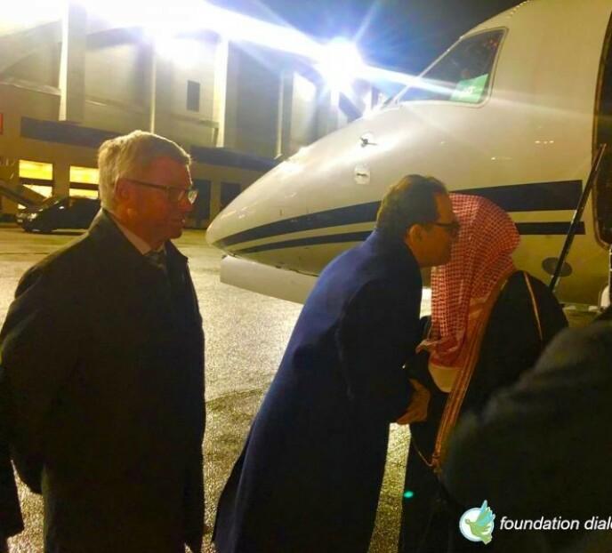 TAR IMOT: Majid Alharazi og Kjell Magne Bondevik tar imot MWL-leder al-Issas privatfly. Foto: Stiftelsen Dialog for Fred