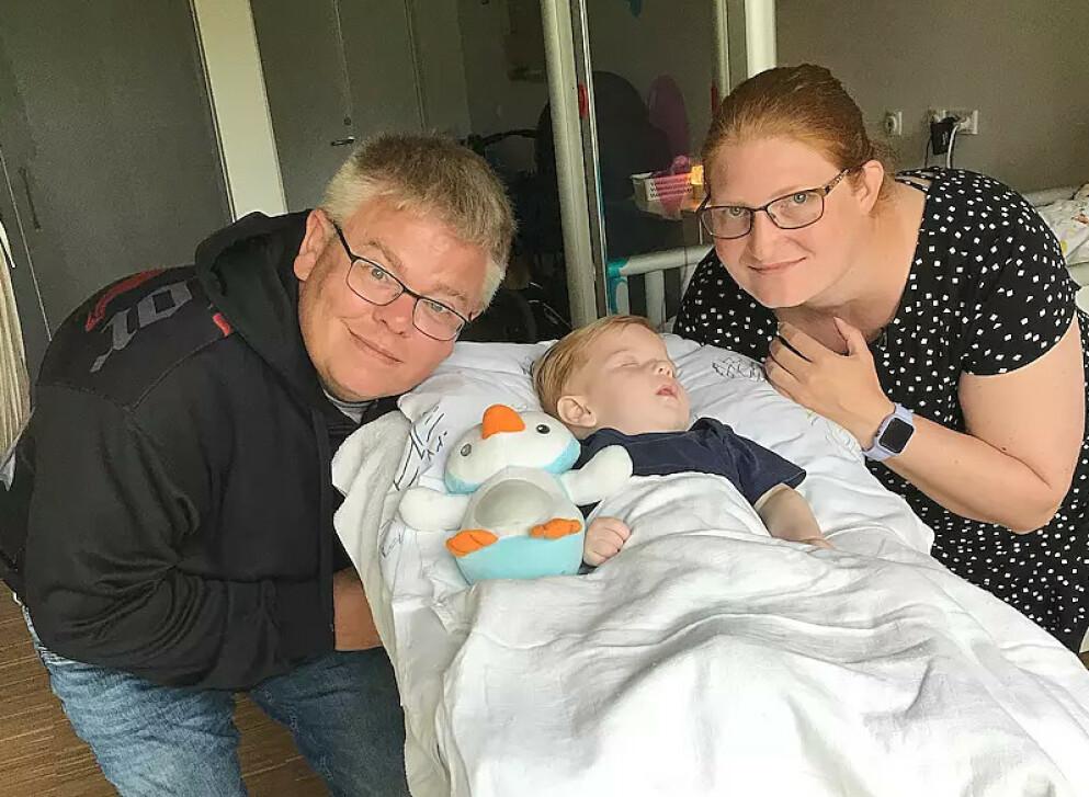 LITEN TID IGJEN: Bo og Heidi Trawel sammen med sin dødssyke sønn, Marco Trawel. Foto: Privat
