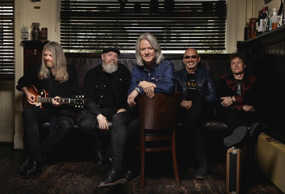 PÅ VEIEN IGJEN: Hellbillies kunne i fjor markere 30 år som band, men jubileumsturneen ble amputert. Når de snart gjenopptar turneen, har de et nytt album i bagasjen. Foto: Agnete Brun