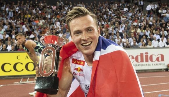 TROFE: Karsten Warholm med Diamond League-trofeet. Foto: Ennio Leanza/Keystone via AP