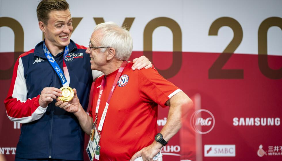 RADARPAR: Karsten Warholm og Leif Olav Alnes etter OL-gullet. Foto: Heiko Junge / NTB