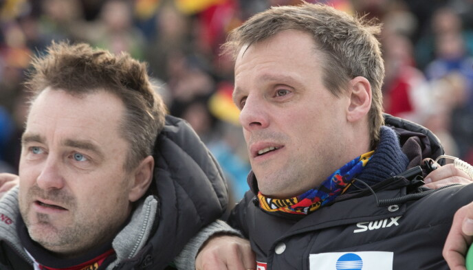 FØLELSER: Clas Brede Bråthen var tydelig rørt sammen med Alexander Stöckl da Anders Jacobsen vant Nyttårshopprennet i 2013. Foto: Terje Bendiksby / NTB